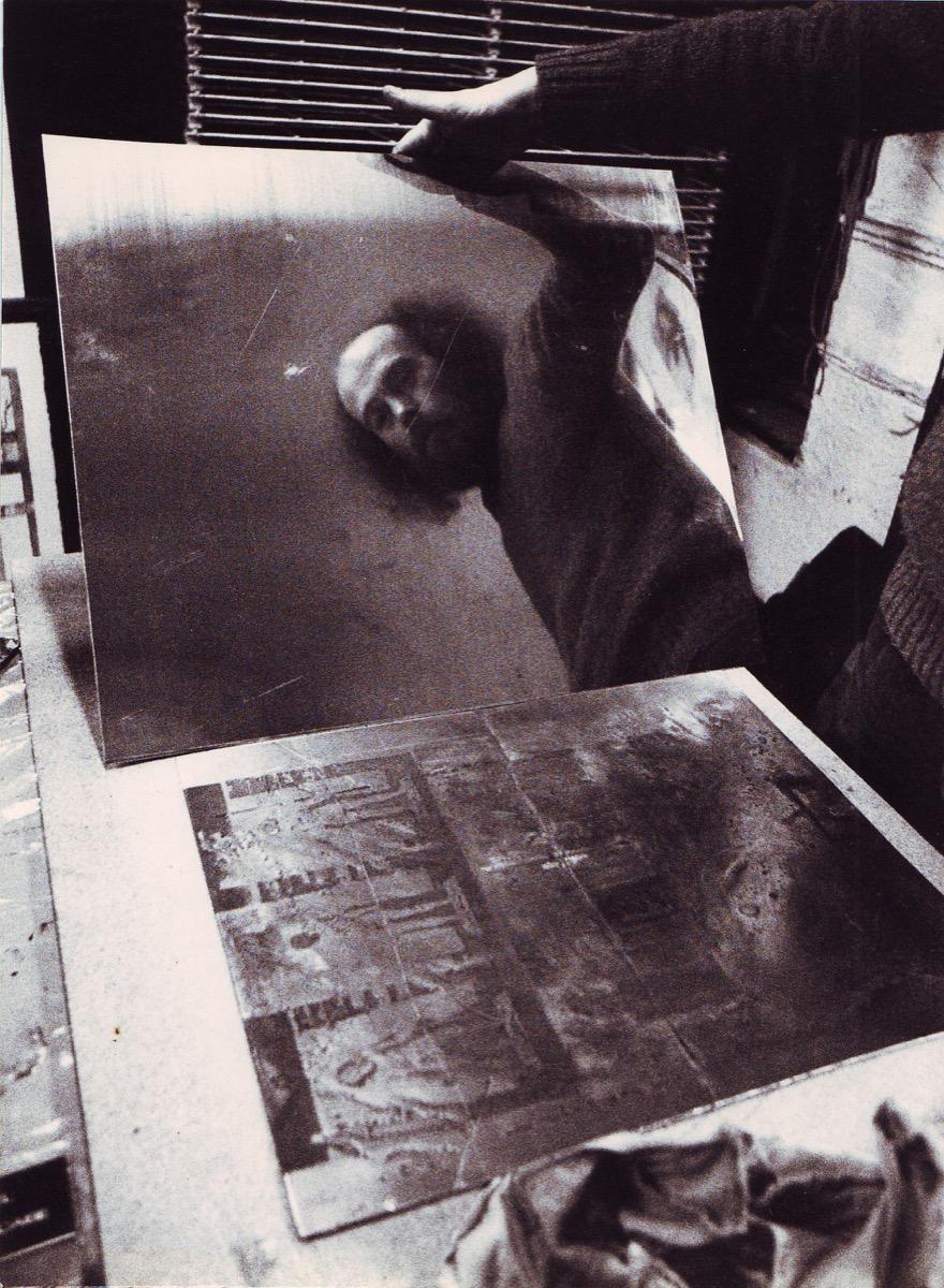 Artista Dacos 1979.-75 reflet de Dacos sur la plaque de cuivre. Phto Altares