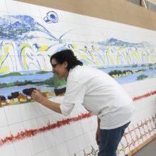 Artistas pintam mural de azulejos para o viaduto da Estrada Nacional 13