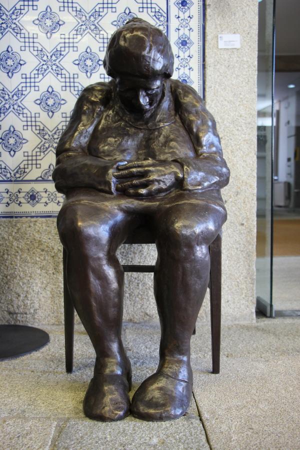 Paulo Hernâni replica escultura 'Idosa' para bronze